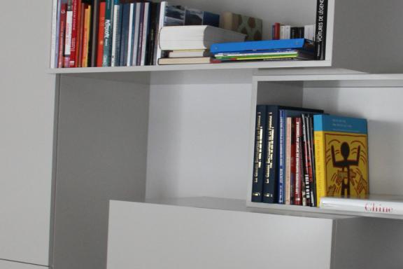 cover-amenagement-salon-design-de-mobilier-sur-mesure-optimisation-espace-rangement-appartement-parisien